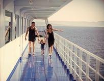 Rodzinny wakacje Szczęśliwa rodzina z ślicznym synem na wakacje Rodzinny podróżowanie na statku wycieczkowym na słonecznym dniu r zdjęcie stock