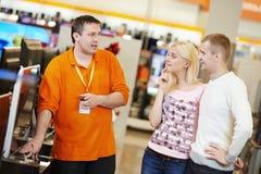 Rodzinny zakupy przy elektronika supermarketem obrazy royalty free