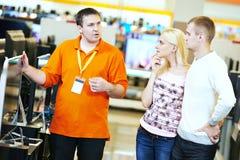 Rodzinny zakupy przy elektronika supermarketem fotografia stock