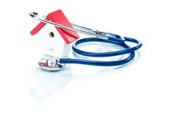 Rodzinny zdrowia pojęcie, domu model z stetoskopem obrazy stock