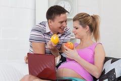 rodziny ciężarny owocowy szczęśliwy Fotografia Royalty Free
