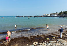 Rodziny cieszy się morza światło słoneczne i plażę i grżą pogodowego Swanage Dorset uk Zdjęcia Royalty Free