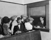 Rodziny czeka w linii przy okno (Wszystkie persons przedstawiający no są długiego utrzymania i żadny nieruchomość istnieje Dostaw Obrazy Stock