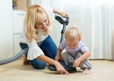 Rodziny dziecko i - sprzątanie zdjęcia royalty free