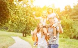 Rodziny i dzieciaków fala na wycieczce zdjęcia royalty free