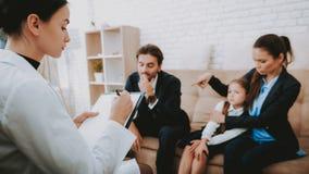 Rodziny i psychologa Writing rekomendacje zdjęcie stock