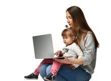 Rodziny matka i dziecko córka z laptopem w domu zdjęcie stock