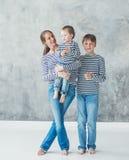 Rodziny matka z synem odziewa chłopiec paskował modę zdjęcia royalty free