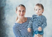 Rodziny matka z synem odziewa chłopiec paskował modę obraz royalty free