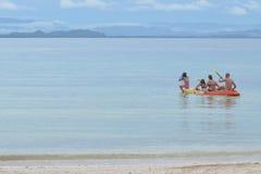 Rodziny paddle w dennym kajaku Zdjęcia Royalty Free