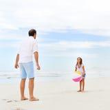 Rodziny plażowa zabawa Zdjęcia Royalty Free