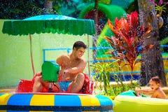 Rodziny prowadnikowy watercraft w aqua parku, próbuje uderzać each inny Zdjęcia Royalty Free