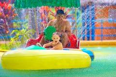 Rodziny prowadnikowy watercraft w aqua parku, próbuje uderzać each inny Zdjęcia Stock