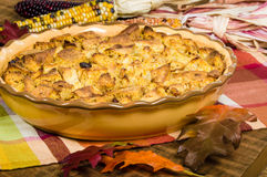 Rodzynka chleba puddingu pustynia z spadek dekoracjami obrazy stock
