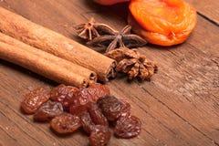 Rodzynki, cynamon, anyż i wysuszone morele kłama na starym drewnie, Obrazy Stock
