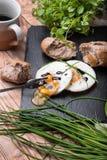 Roeasted γύρω από τα αυγά με το φρέσκο ψωμί στο μαύρο πέτρινο πίνακα Στοκ Φωτογραφίες