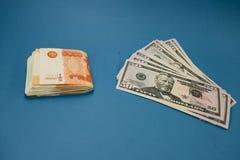 Roebel en dollar De strijd van de roebel en de dollar in de moderne financi?le wereld Muntverhouding, Concept stock foto