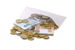 Roebelbankbiljetten en muntstukken van Rusland in een envelop Stock Foto's