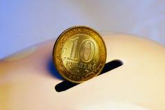 10 roebels in het spaarvarken Stock Afbeeldingen