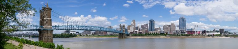??A Roebling桥梁和辛辛那提地平线全景,辛辛那提,俄亥俄 免版税库存图片