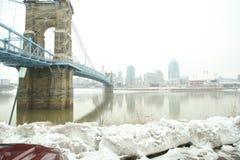 roebling αναστολή του Κινκινάτι John Οχάιο γεφυρών Γέφυρα αναστολής Roebling στο χειμερινό χιόνι σε Cincin στοκ φωτογραφίες με δικαίωμα ελεύθερης χρήσης