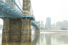 roebling αναστολή του Κινκινάτι John Οχάιο γεφυρών Γέφυρα αναστολής Roebling στο χειμερινό χιόνι σε Cincin στοκ εικόνες