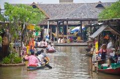 Roeiboot in de het drijven markt Stock Fotografie