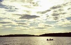 Roeiboot op het meer Royalty-vrije Stock Foto's