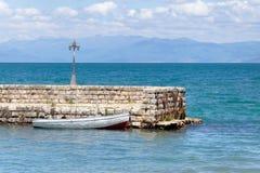 Roeien-boot in meer wordt vastgelegd dat stock afbeeldingen