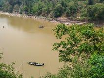 Roeien in Dawki-rivier in moessonseizoen Shillong Meghalaya India royalty-vrije stock afbeeldingen
