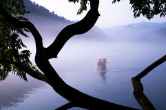 Roeien en visserij in het meer Royalty-vrije Stock Afbeeldingen