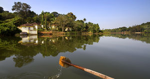 Roeien in het meer en bezinning in water stock foto's