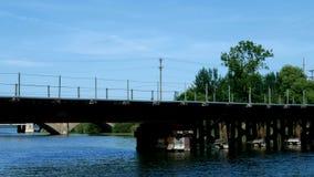 Roeien in Minnesota op de Rivier van de Mississippi tussen Meer Irving en Meer Bemidji, de eerste twee meren op de Rivier van de  stock videobeelden