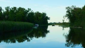 Roeien op de mooie Rivier van de Mississippi in Bemidji Minnesota dichtbij de bovenloop waar het nog in het noorden stroomt stock video