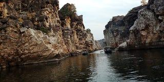 Roeien op de rivier met wonderenrotsen stock foto's