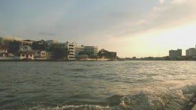 Roeien op de uitdrukkelijke boot bij Chao Phraya-rivier in de avond Bangkok, Thailand stock videobeelden