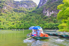 Roeien op rivier, manier aan Trang een Toneel Complex Landschap Stock Foto
