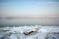 Roeiend boot in ijs op de bevroren Donau in Belgrado, Servië, in Januari 2017, wegens een exceptionnaly koud weer wordt opgeslote Royalty-vrije Stock Afbeeldingen