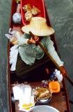 Roeiende handelaar bij de het Drijven markt Stock Foto