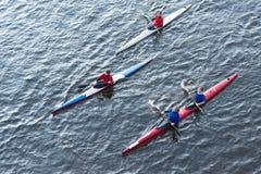 Roeiers die de Olympische toorts begeleiden Royalty-vrije Stock Foto