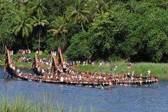 Roeiers die traditionele de kledingsrij dragen van Kerala hun slangboot in het Aranmula-bootras Royalty-vrije Stock Foto's