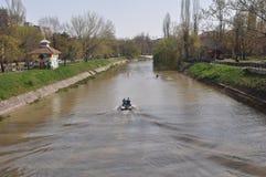 Roeiers op de rivier Stock Foto's