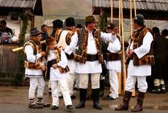 Roemeense boeren die traditionele kostuums dragen Royalty-vrije Stock Afbeeldingen