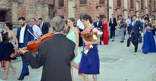 Roemeense fiddler begroet huwelijkspartij die de kerk van Boekarest verlaten royalty-vrije stock afbeelding