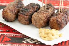Roemeense mici mititei van vleesbroodjes met mosterd Stock Foto's