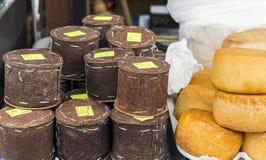 Roemeense traditionele die kaas in sparschors en wielen van sm wordt verpakt Royalty-vrije Stock Foto
