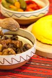Roemeense traditionele wintertijdmaaltijd met schroot en de groenten in het zuur van het polenta het mamaliga gebraden varkensvle Stock Afbeeldingen