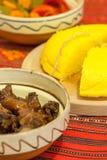 Roemeense traditionele wintertijdmaaltijd met schroot en de groenten in het zuur van het polenta het mamaliga gebraden varkensvle Stock Afbeelding