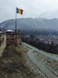 Roemeense vlag boven Brasov-stad Stock Fotografie