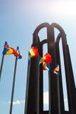 Roemeense vlaggen die bij onbekend militairmausoleum golven Royalty-vrije Stock Foto